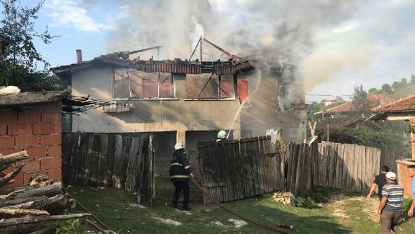 Düzcede iki katlı ev alev alev yandı