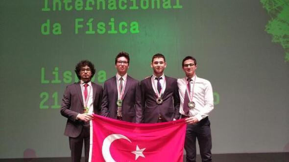 Lise öğrencileri Portekizdeki Fizik Olimpiyatlarından madalyalarla döndü