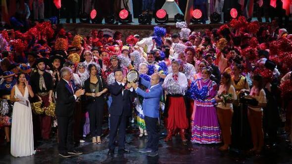 Festivalde 64 ülkeden gelen misafirler Erik Dalı türküsüyle coştu
