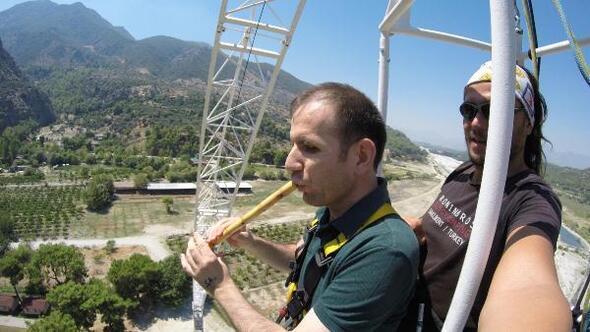 Engelli öğretmen, bungee jumping heyecanını kaval ve türküyle yendi
