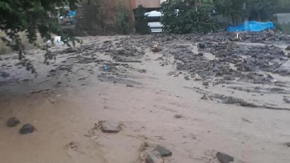 Trabzon'da sel ve heyelan; karayolu ulaşıma kapandı