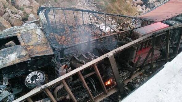 Köprüden dereye devrilen TIR alev aldı; sürücü öldü