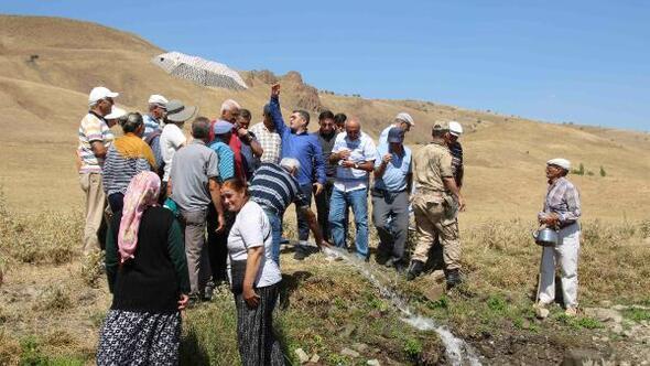 Köy halkı, suyu alkışlarla karşıladı