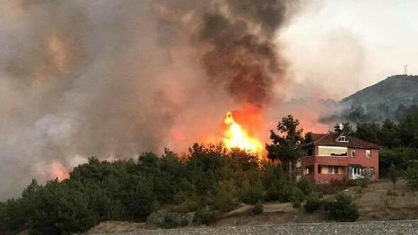 Sivasta ormanlık alanda çıkan yangın, yerleşim yerlerini tehdit ediyor (1)