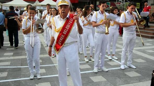 Müzik aşığı Süreyya dede, bando takımına şeflik yapıyor