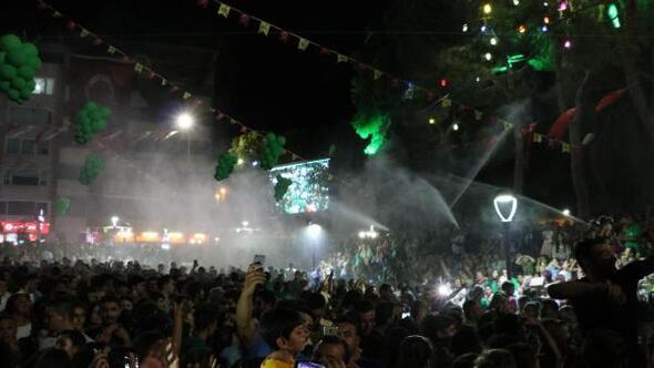 Üzüm festivaline katılanların üzerine maden suyu sıkıldı