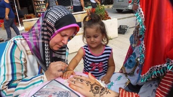 Sındırgıdaki festivalde kadınların katre-i henna ilgisi