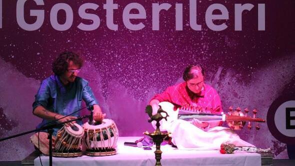 Fuarda Hindustani müzik dinletisi