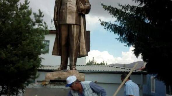 Sarızda Atatürk anıtı ilçe meydanında yerini aldı