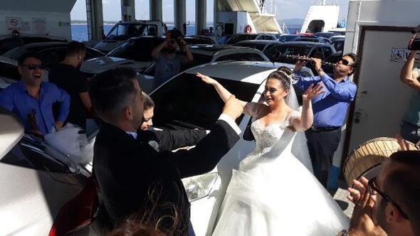 Gelin ve damat, düğün öncesi feribotta eğlendi