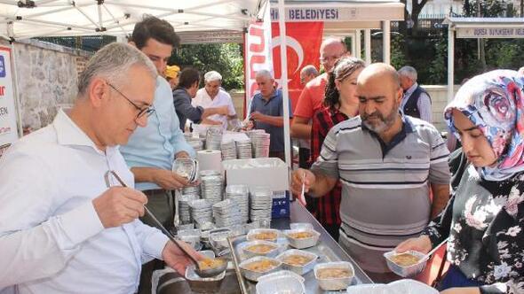 Onur Market, Bursa Ulu Camiönünde aşure dağıttı