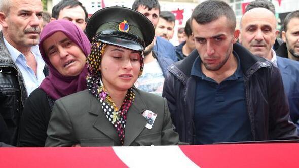 Şehit nişanlısını askeri üniformasıyla uğurladı