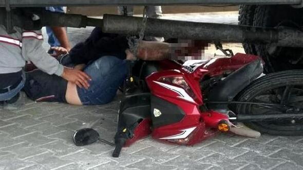 Kamyonun altında sürüklenen motosikletli yaralandı