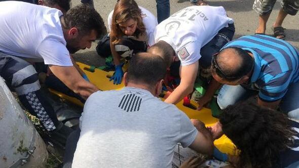 Kamyonetle çarpışan motosikletteki kasksız 2 kişi yaralandı