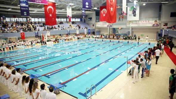 300 sporcu havuzda yarıştı
