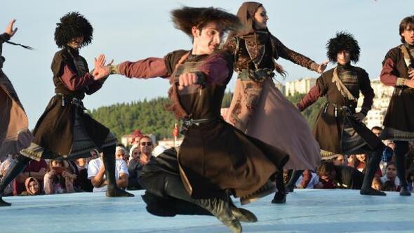 Uluslararası Troya Halk Dansları Festivalinde folklor ekipleri alkış aldı