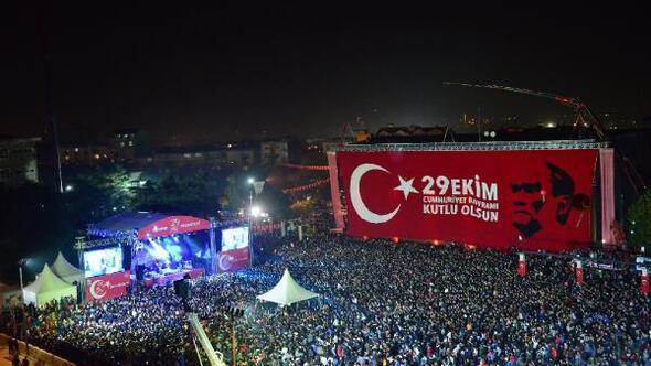 Cumhuriyet Bayramı kutlamasında 20 milyon ilmek ile örülen dev Türk bayrağı asıldı