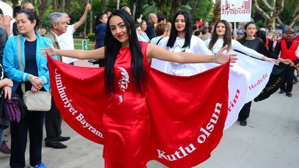 Adana'da Cumhuriyet Bayramı, fener alayı yürüyüşüyle kutlandı
