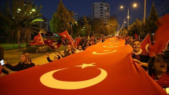 Cumhuriyet Yürüyüşünde bin metrelik Türk bayrağı ve Atatürk posteri