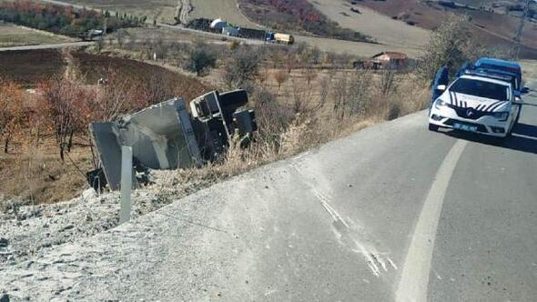 Çubukta kum yüklü kamyon devrildi: 1 yaralı