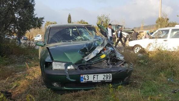 Otomobilin çarptığı servis midibüsü devrildi: 4 yaralı
