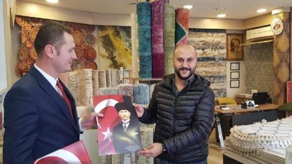 Aday adayı 30 bin Atatürk posteri dağıttı