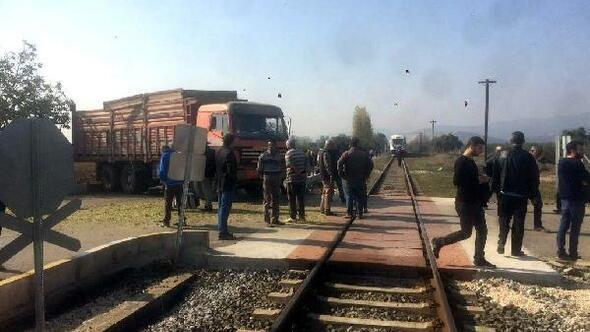 Yolcu treninin çarptığı kamyonun şoförü yaralandı