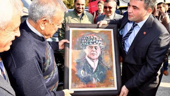 Kocaoğluna efe kıyafetiyle resmedildiği tablo hediye edildi