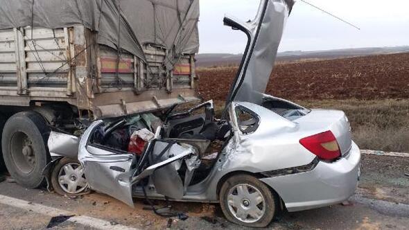 Otomobil, emniyet şeridinde duran TIRa çarptı: 4 öldü