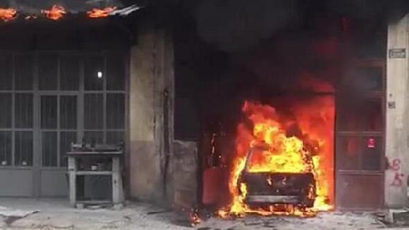 Kaportacıdaki yangında otomobil kül oldu