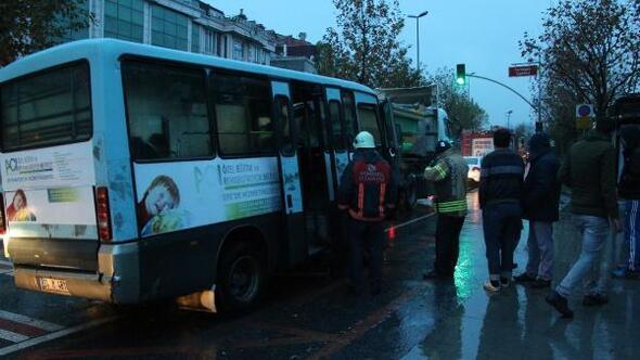 Sütlücede minibüs hafriyat kamyonuna çarptı: 2 yaralı