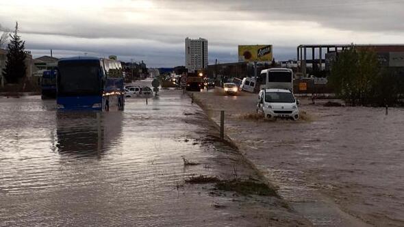 Edirnede sağanak, su baskınlarına neden oldu, yollar kapandı