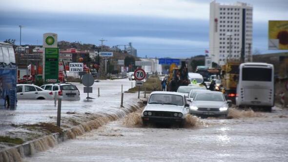 Edirnede sağanak, su baskınlarına neden oldu, yollar kapandı/ Ek foto