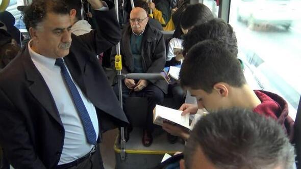'Kitap avcıları' metrobüste