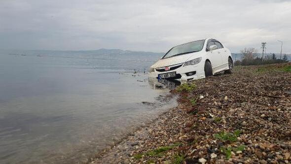 Otomobil, deniz kıyısında çamura saplanmış bulundu