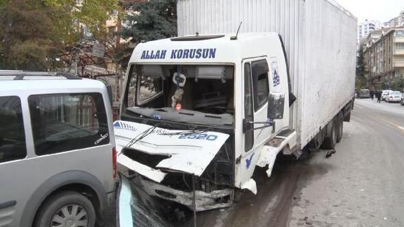 Freni boşalan kamyon, ortalığı savaş alanına çevirdi: 2 yaralı