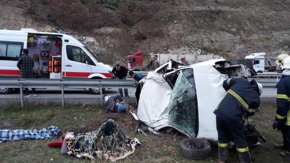 Hafif ticari araç şarampole devrildi: 6 İranlı yaralı