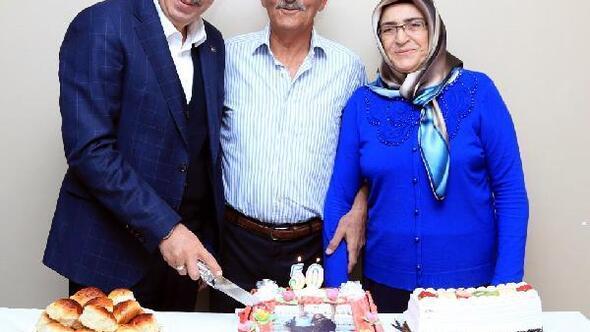 Evlilikte 50nci yıl pastalarını Başkan Seçenle birlikte kestiler
