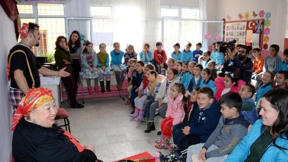 Kırsaldaki çocuklara tiyatro oyunu