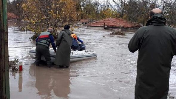 Edirnede sağanak, su baskınlarına neden oldu, yollar kapandı(2)