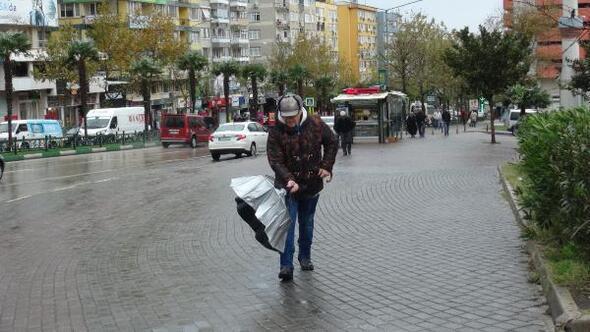 Bursa'da etkili olan lodos vatandaşa zor anlar yaşattı