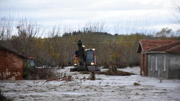 Edirnede sağanak, su baskınlarına neden oldu, yollar kapandı (3)