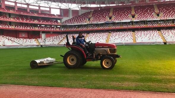 Antalya Stadının zeminine bakım yapıldı