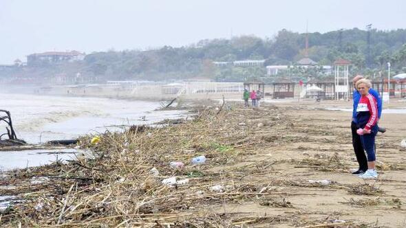 Yağmur ve rüzgar, sahili çöplüğe çevirdi