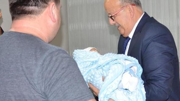 Belediye başkanı, yeni doğan bebeğe isim koydu