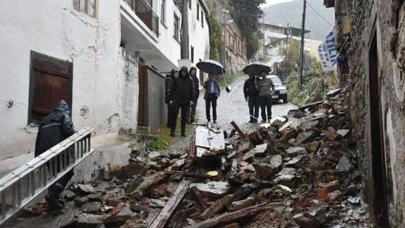 Edremit'te tarihi bina fırtına ve yağış nedeniyle çöktü