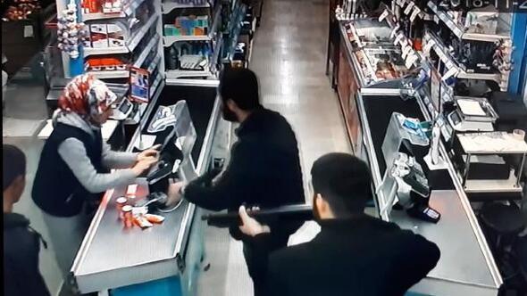 Markette pompalı tüfekli soygun kamerada