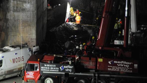 Gebzede viyadük inşaatı sırasında beton blok düştü; 4 işçi enkaz altında kaldı - Ek fotoğraf