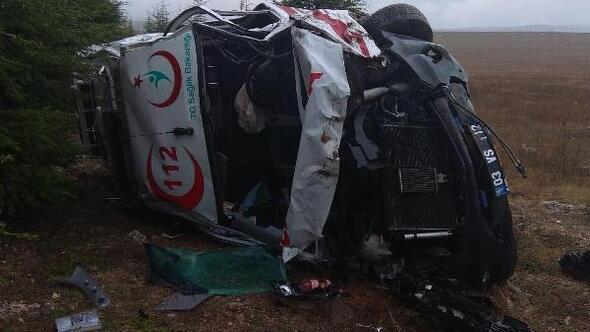 Ambulans şarampole devrildi; şoför ile 2 sağlık görevlisi yaralı