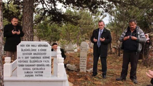 Yakılarak katledilen 5 kişi aile, defnedildikleri aynı mezarın başında anıldı